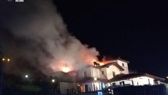 Incendio a Grizzana, maxilavoro dei pompieri. Due abitanti intossicati