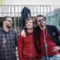 """Lo Stato sociale davanti ai cancelli della Magneti Marelli: """"Ci hanno tenuti fuori"""""""