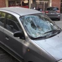 Bologna, bimbo precipita dal terzo piano sul parabrezza di un'auto