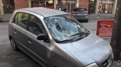 Denunciata la madre del bimbo  precipitato dal balcone su un'auto
