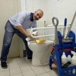 """Bugani (M5S) accontenta Berlusconi e """"pulisce il cesso"""""""