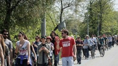 """""""Basta cemento"""": sit in per difendere  gli alberi dei Prati di Caprara   Foto"""