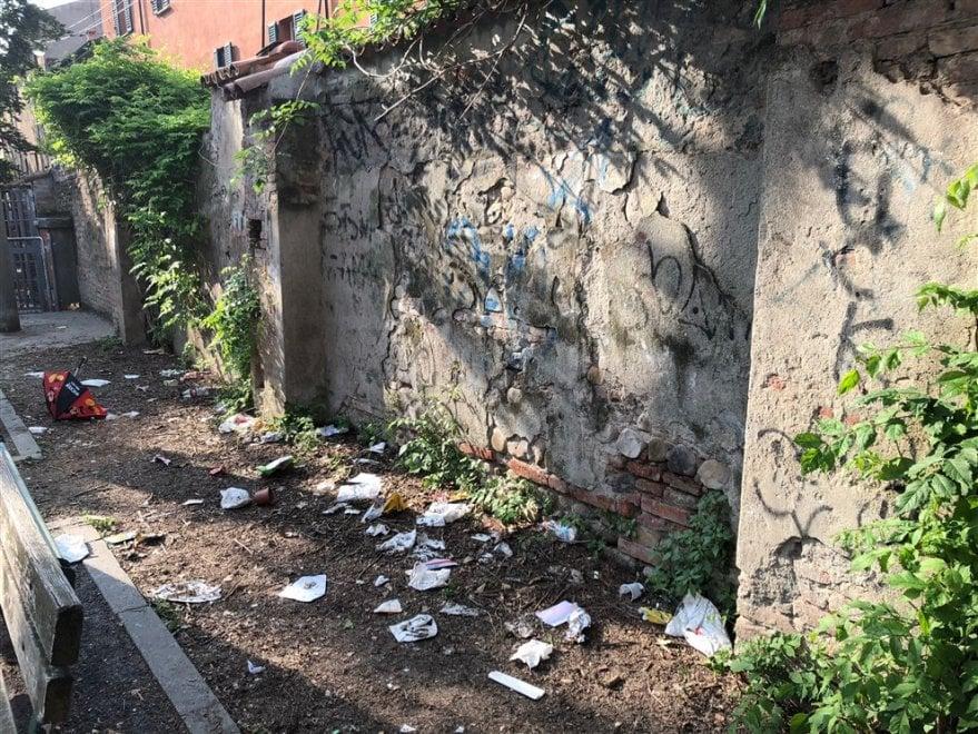Bologna, il cortile della scuola ridotto a una pattumiera a cielo aperto