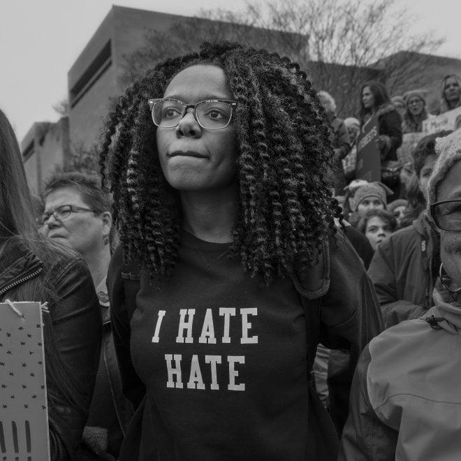 Donne in marcia contro Trump: a Bologna gli scatti di Larry Fink