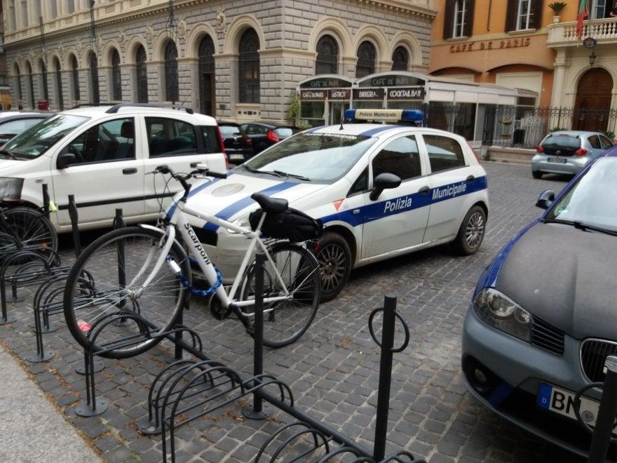 Bologna, sosta selvaggia in piazza del Francia