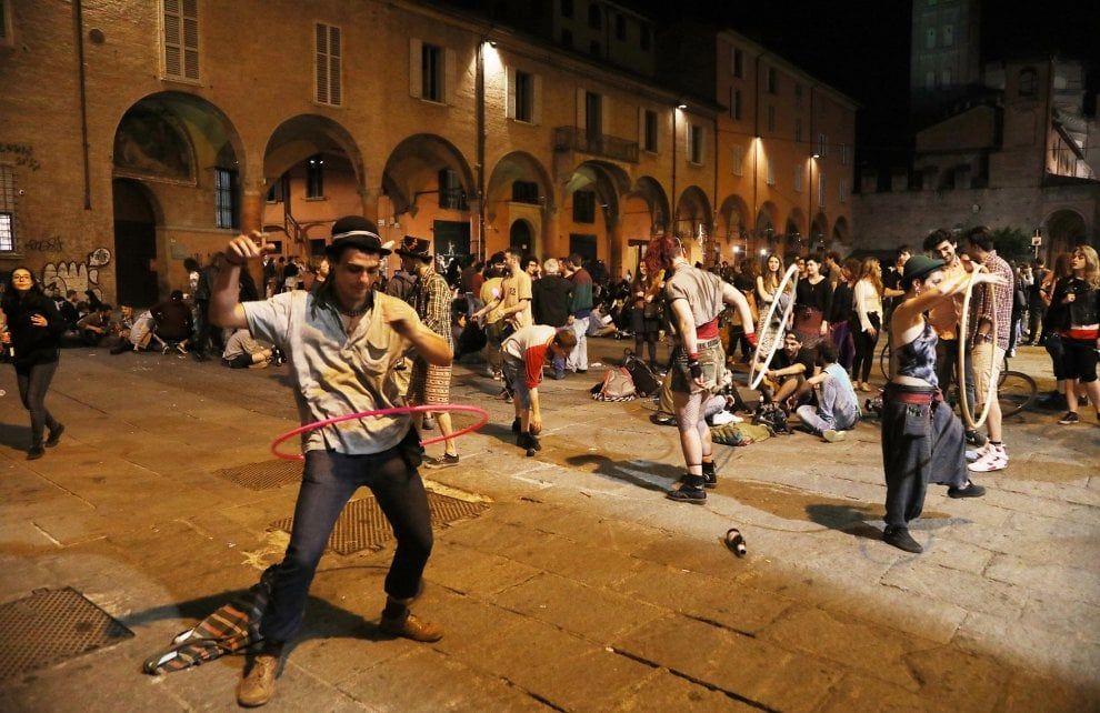 Scritte sui muri e caos: la notte in piazza Verdi contro il Guasto Village