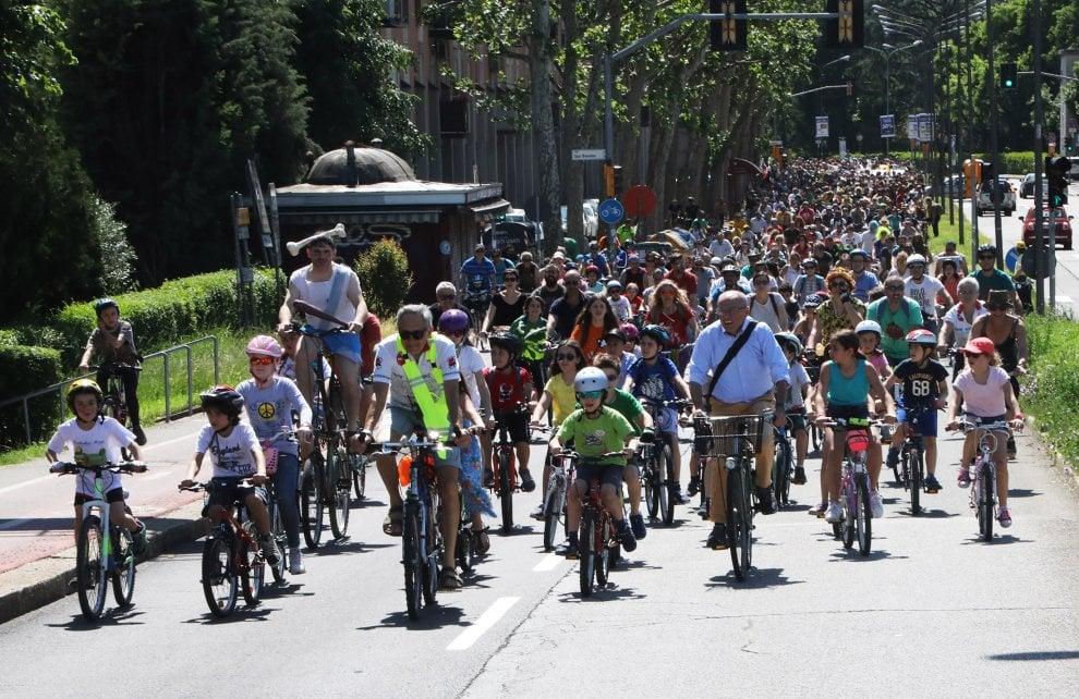 I ciclisti invadono la città: in centinaia al Bike Pride Bologna