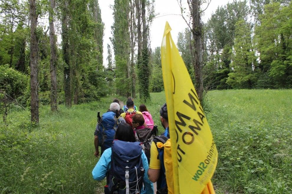 """""""Noi, in marcia sull'Appennino lungo la Via degli Dei"""": il primo trekking per ciechi e ipovedenti"""