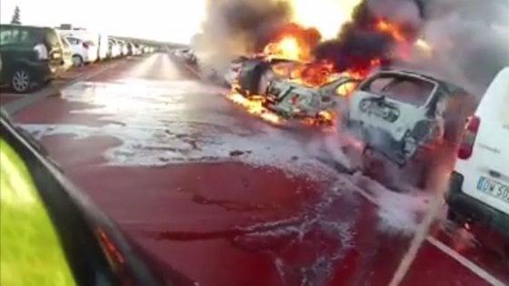 Dieci auto in fiamme nel parcheggio dell'aeroporto di Bologna