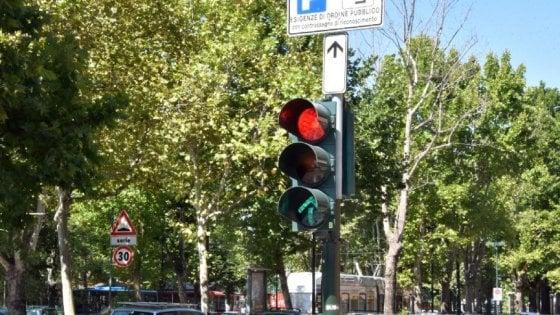 Rimini, passa due volte col rosso e dà la colpa al padre morto