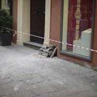 Bologna, piovono calcinacci in via D'Azeglio