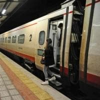 Piacenza, esce dal lato sbagliato e cade dal treno in partenza: gamba amputata