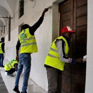 """La sfida di Bologna: """"Una città più pulita grazie al volontariato dei richiedenti asilo"""""""