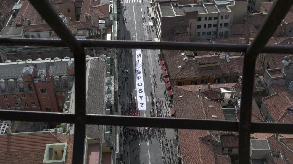 """""""Mi sposi?"""": nozze gay, proposta-show con uno striscione di 50 metri"""