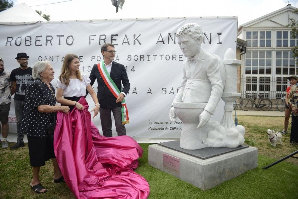 """A Bologna una statua per Roberto """"Freak"""" Antoni, voce degli Skiantos: spunta da un wc con un razzo a propulsione"""