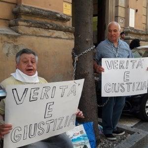 """Bologna, coniugi si incatenano davanti alla procura: """"Vogliamo giustizia per nostra figlia"""""""