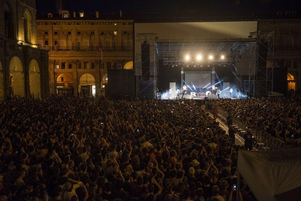 Bologna, tutta la piazza per lo Stato Sociale