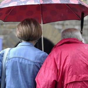 Carpi, i genitori fumano troppo: li chiude sul balcone sotto il temporale