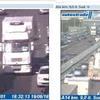 Bologna, incidente in A14: coinvolti 4 camion, lunghe code
