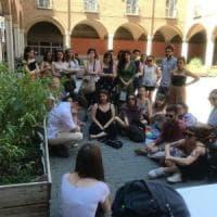 Ateneo di Bologna, i laureandi del Dams discutono la tesi in piazza per