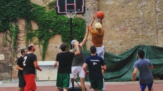 """Bologna, Làbas apre un playground: il basket """"popolare, solidale e antirazzista"""""""