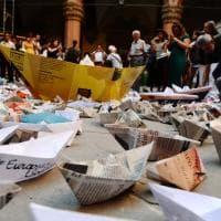 Barchette solidali in piazza Maggiore a Bologna: