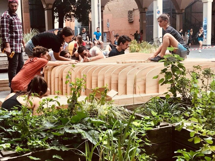 Bologna, in piazza Scaravilli emerge l'onda di Slab