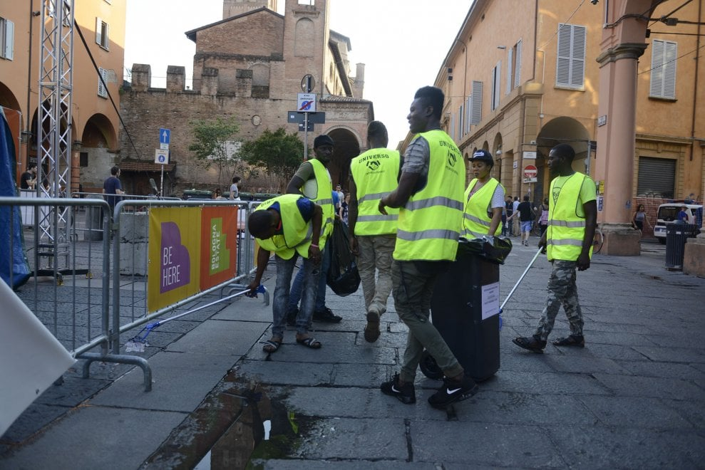 """""""Puliamo noi le piazze più sporche di Bologna"""": 30 richiedenti asilo diventano volontari"""
