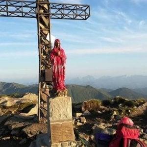 """Vandali sull'Appennino Reggiano, la Madonnina diventa rossa come nel film di Ammaniti: """"Maglietta rossa di don Ciotti?"""""""
