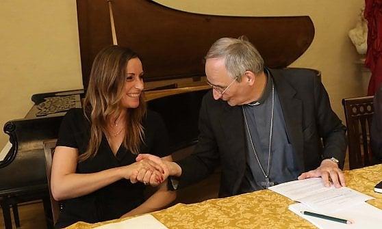 Bologna, dibattito sui migranti: parla il vescovo e la leghista se ne va