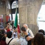 Strage di Bologna, il Comune si accorge che ci sono nomi sbagliati sulla lapide