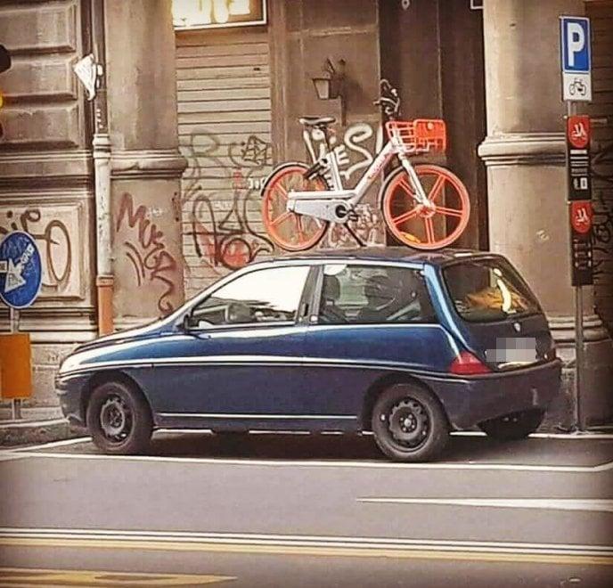Bologna, auto parcheggiata nella zona bike sharing: e l'utente di Mobike protesta così