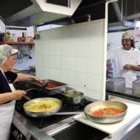 Bologna, tre anni di Cucine popolari, dove a tavola si serve pane e inclusione