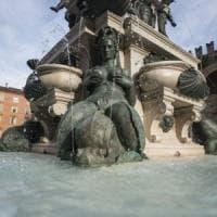 Bologna, fa il bagno nella fontana del Nettuno: 400 euro di multa