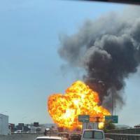 Bologna, esplode un Tir: inferno sul raccordo autostradale. Un morto, 70 feriti