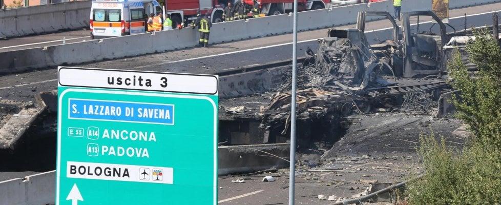 """Esplosione sul raccordo a Bologna, Conte dai feriti: """"Vista la dinamica siamo stati fortunati"""". Il procuratore: """"Forse un colpo di sonno"""""""