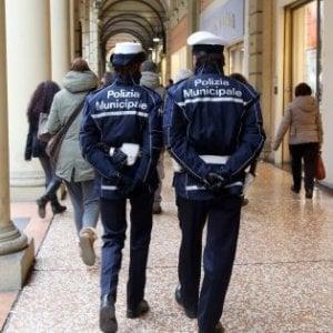 Bologna, picchia la compagna e devasta l'appartamento: arrestato 21enne