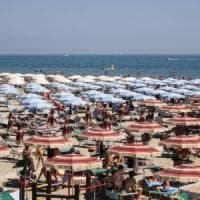 Rimini, fotografa bambine in spiaggia: rischia il linciaggio, denunciato