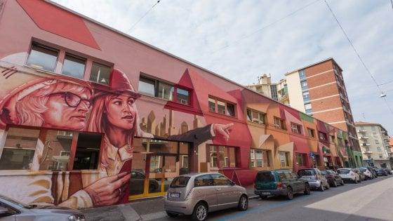 Bologna, i writer disegnano la facciata della sede della Cisl