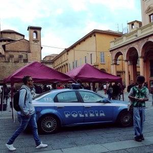 Bologna, 19enne aggredita e rapinata in centro