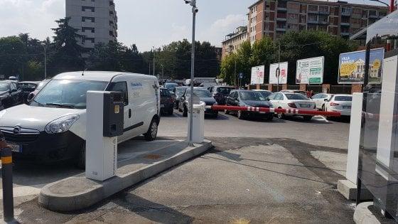 Lotta ai parcheggiatori abusivi, arriva la sbarra davanti all'ospedale Maggiore di Bologna