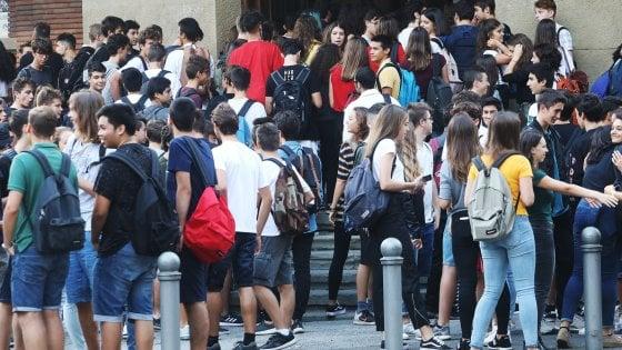 """Bologna, l'appello dell'ex preside ai suoi studenti: """"Tornate a fare politica"""""""