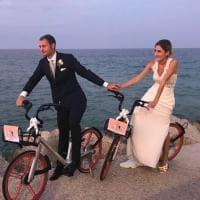 Pesaro, il sì di Giulia e Gianfilippo a zero emissioni: una Mobike per sposi e invitati