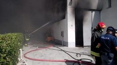 """Reggio, incendio in un'azienda Il Comune: """"Chiudete porte e finestre"""""""