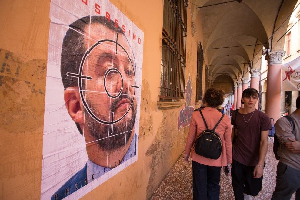 """Striscione di 40 metri contro Salvini: """"Bologna ti odia"""", """"Assassino"""". E lui: """"Figli di papà, ci vorrebbe il servizio militare"""""""