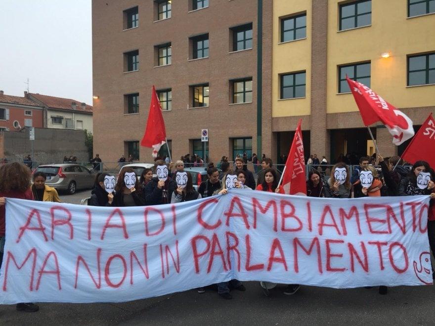 Flash mob degli studenti contro il governo davanti alle scuole in Emilia Romagna