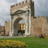 Rimini, anziani turisti staccano pezzi dell'Arco romano come souvenir