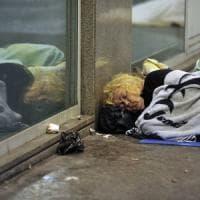 Bologna alla guerra dei cartoni: sgomberati i clochard dalla zona stazione