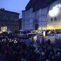 """""""Ponti di pace"""" a Bologna: i volti, la piazza, l'abbraccio tra religiosi"""