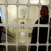 Bologna, detenuto ferisce a sprangate cinque agenti alla Dozza